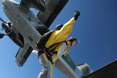 Fallschirmspringen - Jessica verlässt das Flugzeug